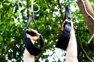 Die Sling Trainer Griffe können mittels der Karabiner zu Ringen umfunktioniert werden